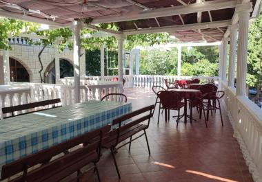Большой дом-отель в Сутоморе рядом с морем с рестораном на 47 мест