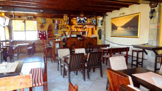 Небольшой отель с рестораном в городе Тиват, рядом с морем.