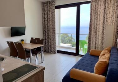 Двухкомнатная квартира площадью 40 м2 с прекрасным панорамным видом на море в Сутоморе