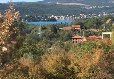 Урбанизированный участок 1952м2 в Кавач в 10 минутах езды от Тивата с проектом виллы